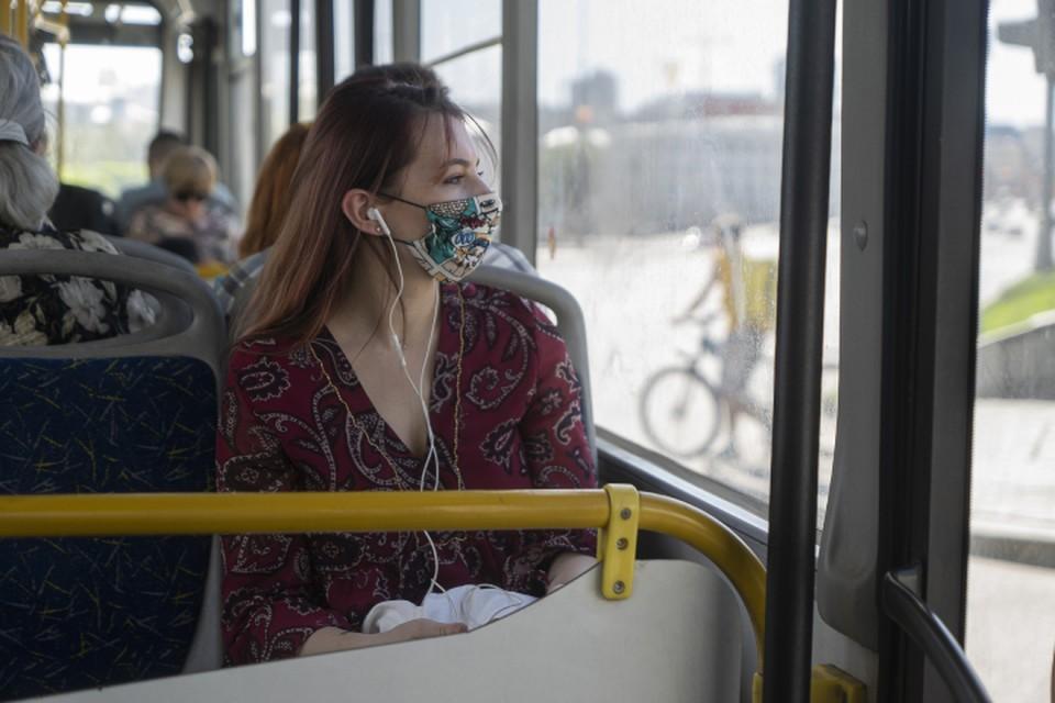 Пассажиров просят не забывать о соблюдении масочного режима в автобусах и троллейбусах.