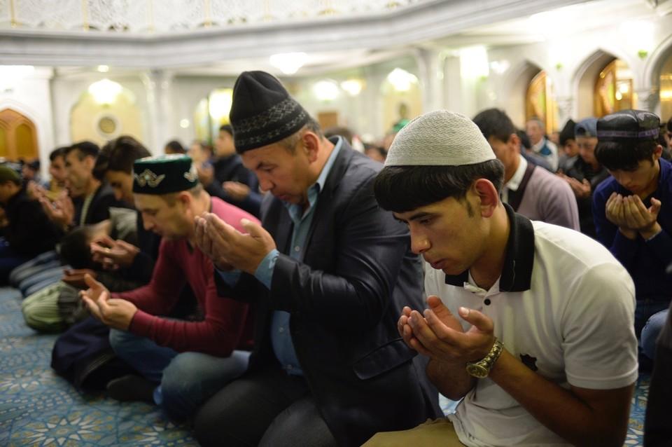 До завершения реконструкции центральной мечети все коллективные молитвы, кроме праздничной, будут проводиться в соседнем от мечети здании