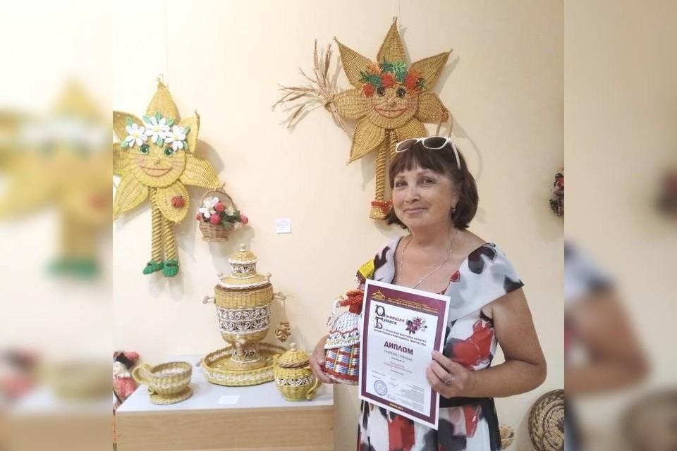 Надежда Кытманова и сама занимается этим творчеством, и обучает других - уже четыре года ведет кружок «Плетенушка». Фото: Анастасия ПИЧУГИНА.