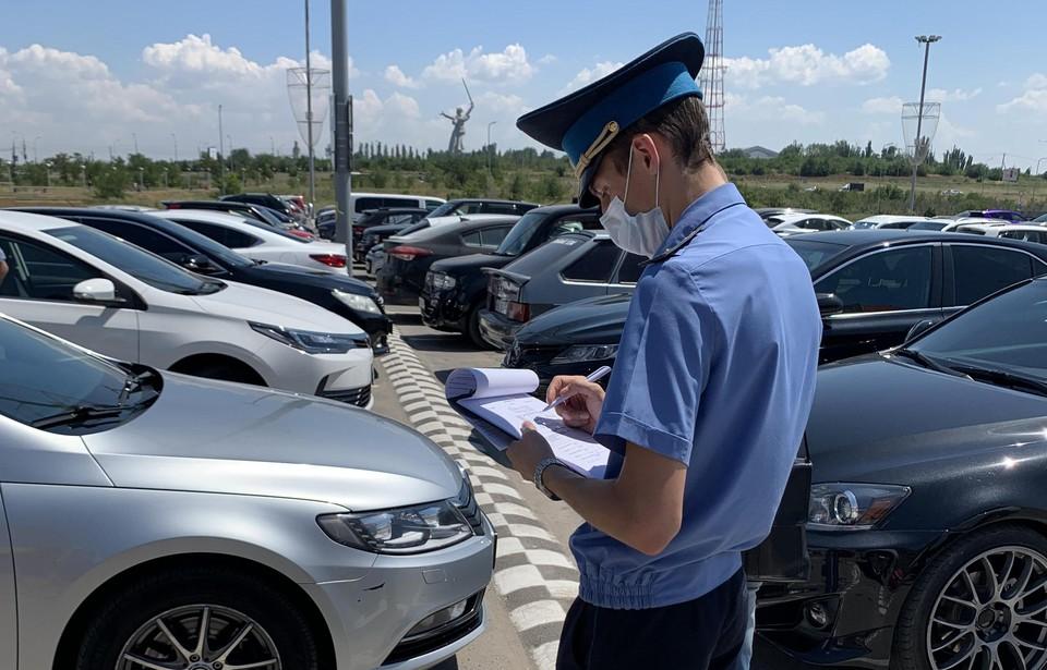 Приставы поискали на парковке машины из базы должников. Фото: УФССП по Волгоградской области.