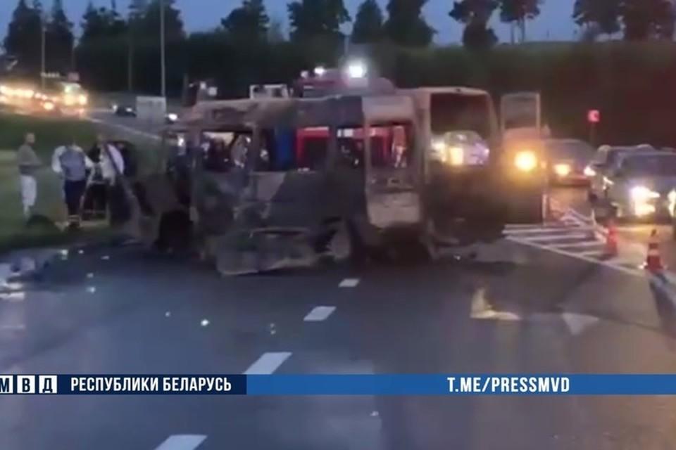 """У """"Линии Сталина"""" мотоцикл врезался в микроавтобус - погибли четыре человека. Фото: скриншот с видео МВД"""
