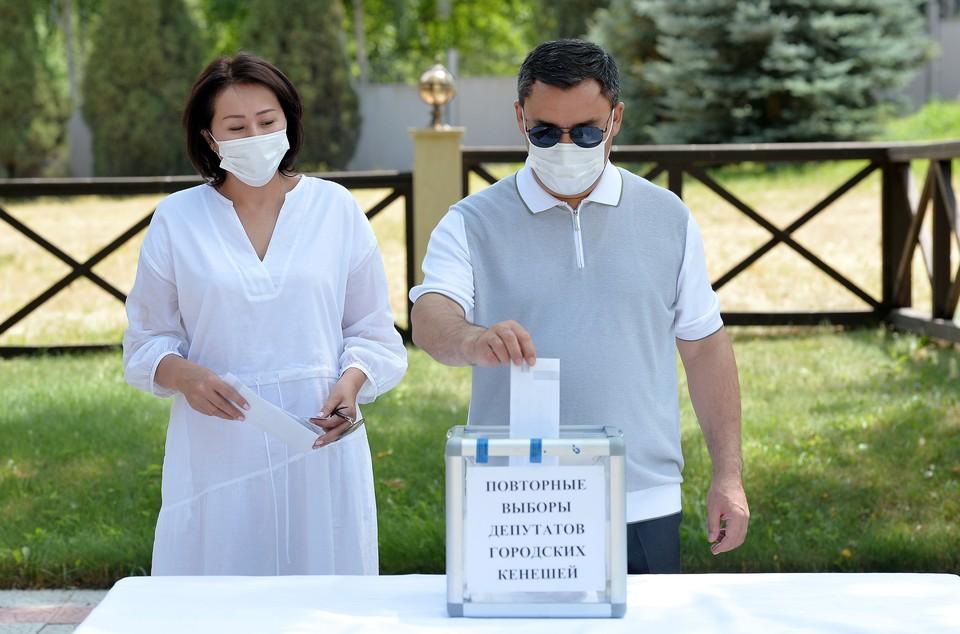Участковая избирательная комиссия организовала выездное голосование, поскольку у одного из охранников президента обнаружили коронавирус.