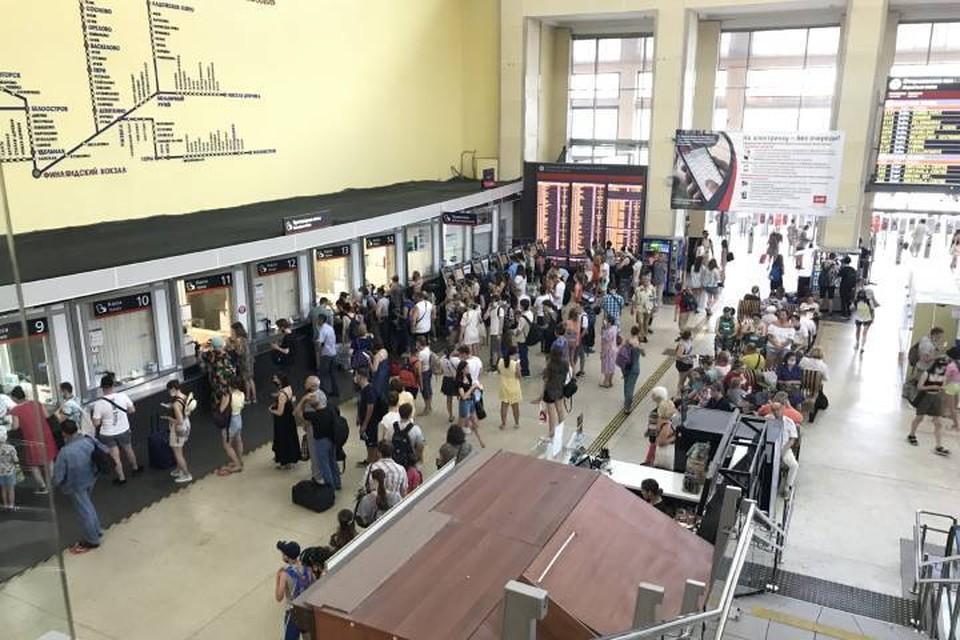 Огромные очереди собрались на Финляндском вокзале Петербурга в разгар жары