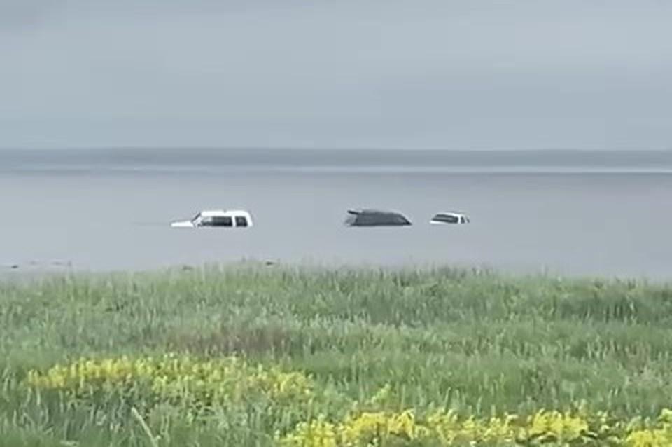 Среди затонувших иномарок – Land Cruiser 100 и Vista Ardeo.