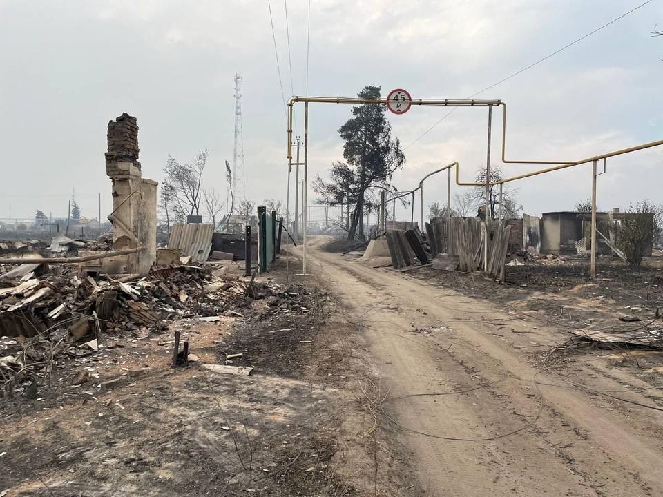 Вот так выглядит теперь поселок Джабык, в котором сгорело 63 здания. Но некоторые удалось спасти. Фото: читатель КП