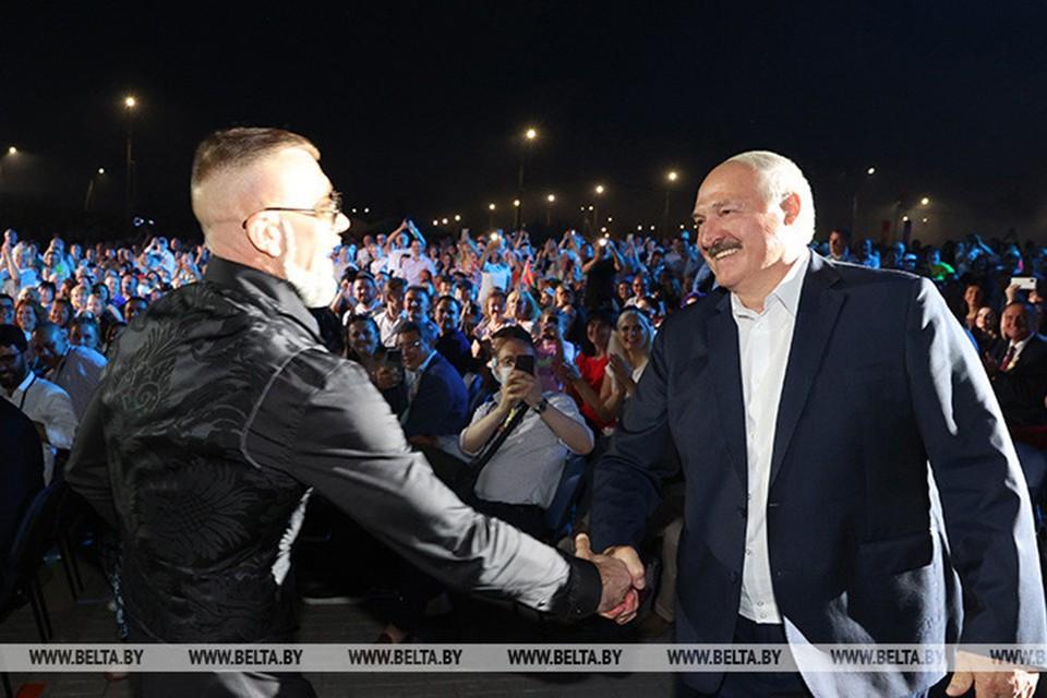 Певец Серега во время концерта подошел к Александру Лукашенко, чтобы проверить, насколько крепкое у того рукопожатие. Фото: БЕЛТА.