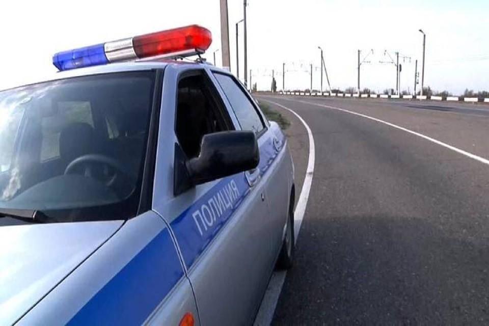 На место аварии прибыли сотрудники ГИБДД для установления всех причин произошедшего. Фото: vk.com/chp_dtp_kirov