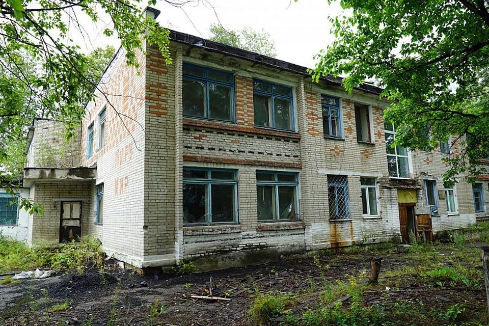 Школьница упала с заброшенного здания в Хабаровске