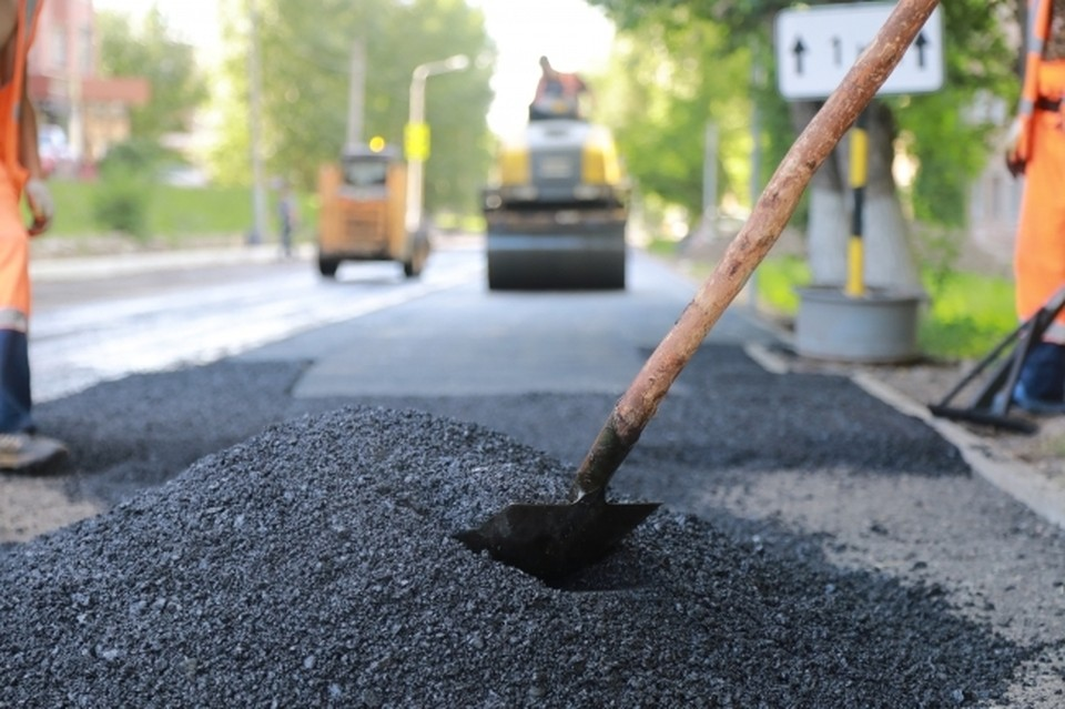 В Волгограде строят новые дороги и ремонтируют старые.