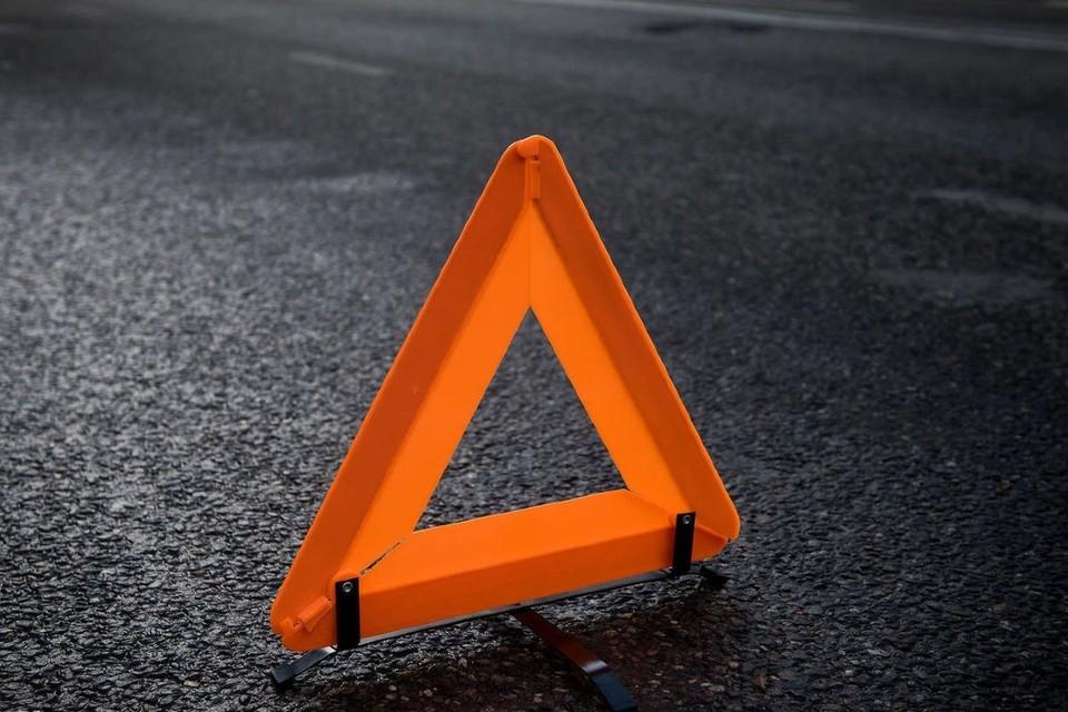 Под Смоленском водитель Renault Sandero пострадал в ДТП с автоледи.