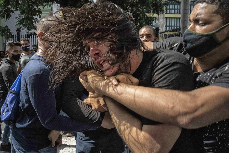 Кубинцы недовольны рядом проведенных властями реформ и ограничениями из-за пандемии коронавируса.