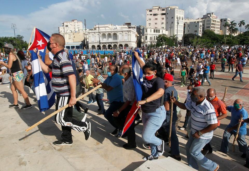 Участники уличных протестов в Гаване.