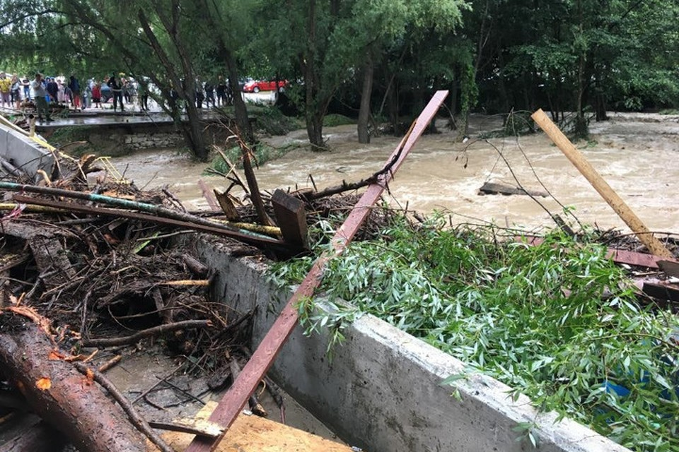 Потоки воды разрушили мосты и дороги