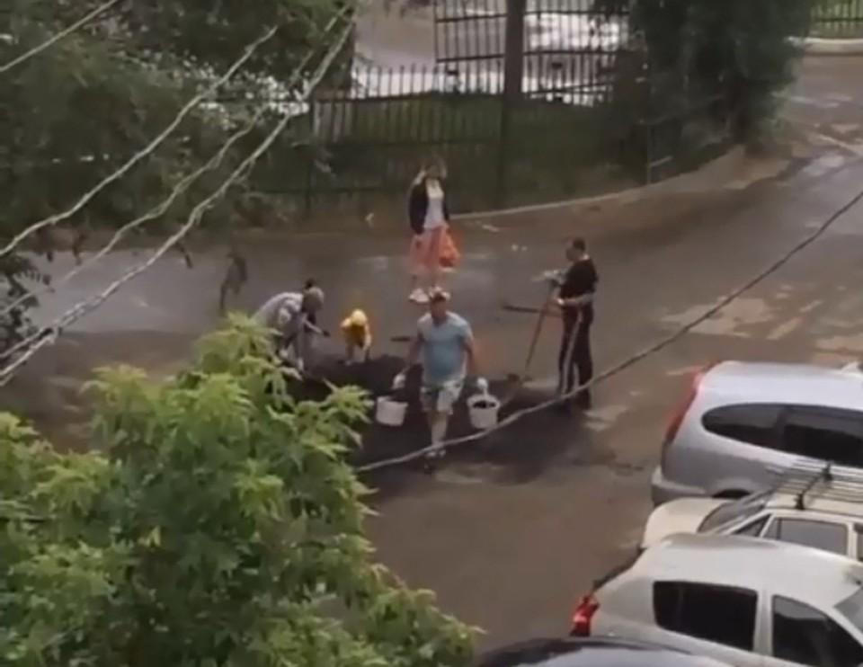 Жители домов на улице Дианова сами отремонтировали дорогу. Фото: скриншот видео («Голос Омска»)