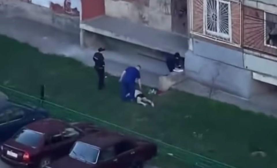 В Тюмени мужчина в трусах выпал из окна и разбился.