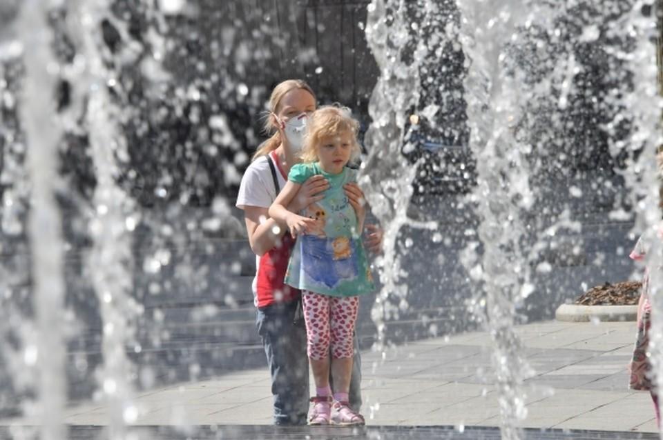 Сахалинцы спасаются от жары с помощью фонтанов