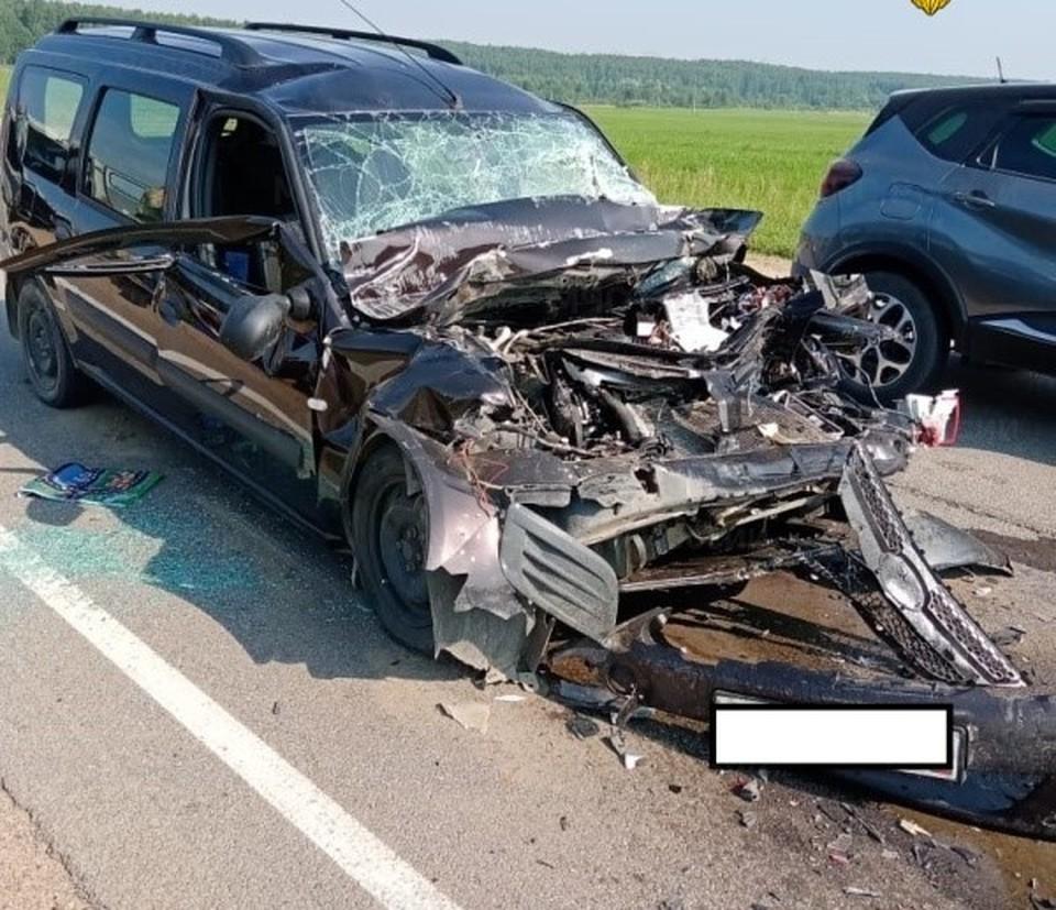 В страшной аварии пострадали виновница аварии и двое ее детей