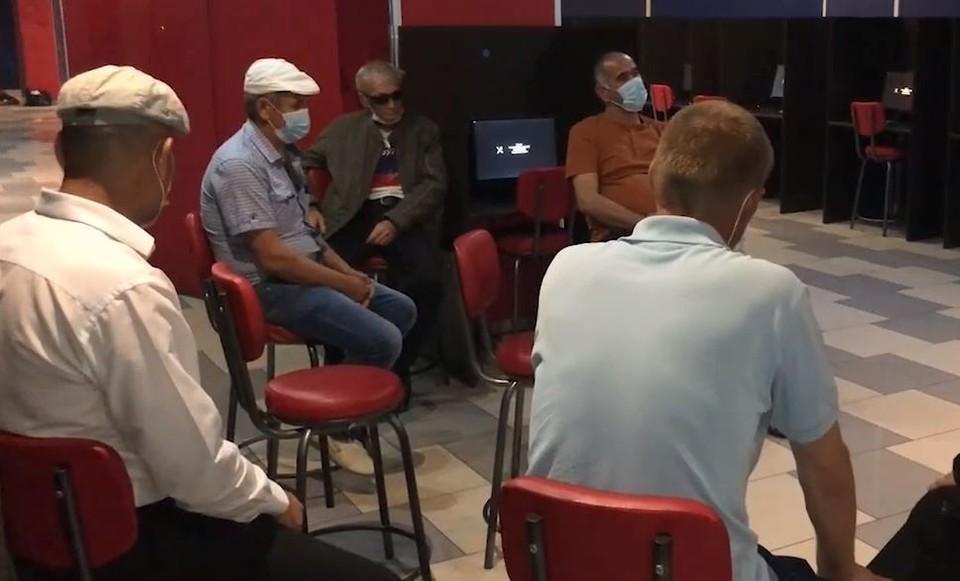 В Тюмени силовики устроили облаву на нелегальное казино. Скриншот из видео.
