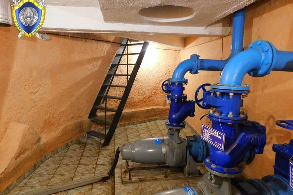 Женщина, работавшая в этом помещении, умерла от отравления неизвестным газом. Медики, которые пытались ее спасти, в реанимации в тяжелом состоянии. Фото: Следственный комитет.