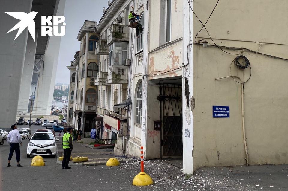 Место ремонта исторического здания никак не ограждено.