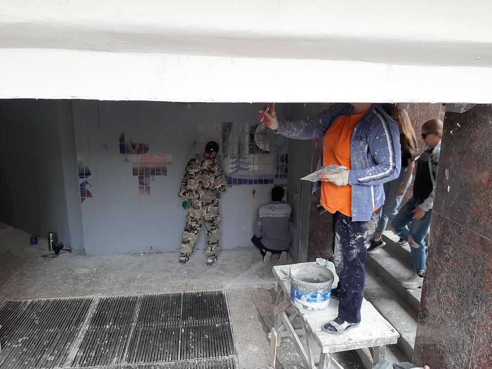 По заданию мэрии весной 2020 года подрядчик закрасил мозаику в переходе серой краской.