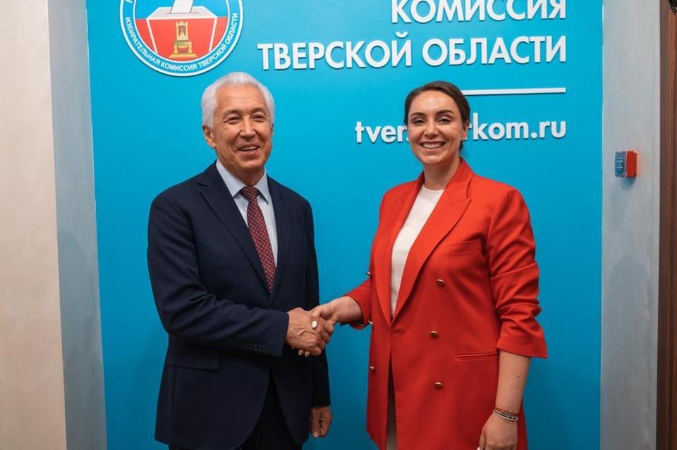 Владимир Васильев и Юлия Саранова в избиркоме.