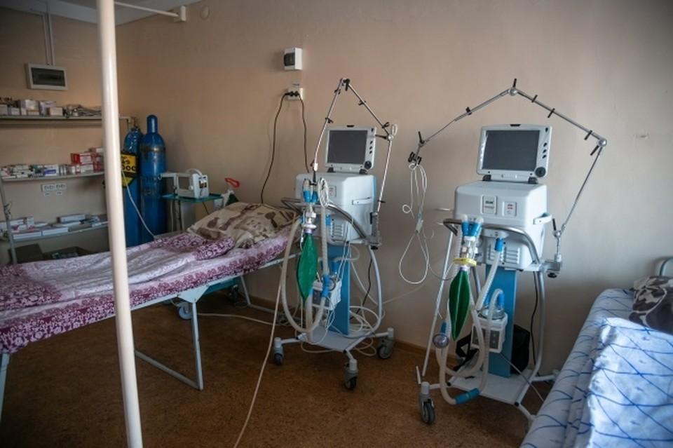 Сибирячку с коронавирусом перевели в реанимацию после того, как ее сын пригрозил покончить с собой перед зданием больницы.