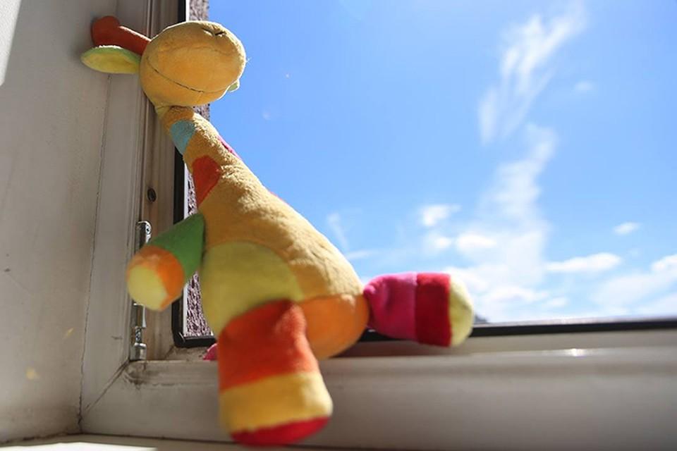 Годовалый ребенок выпал из окна, пока мама отошла к холодильнику.