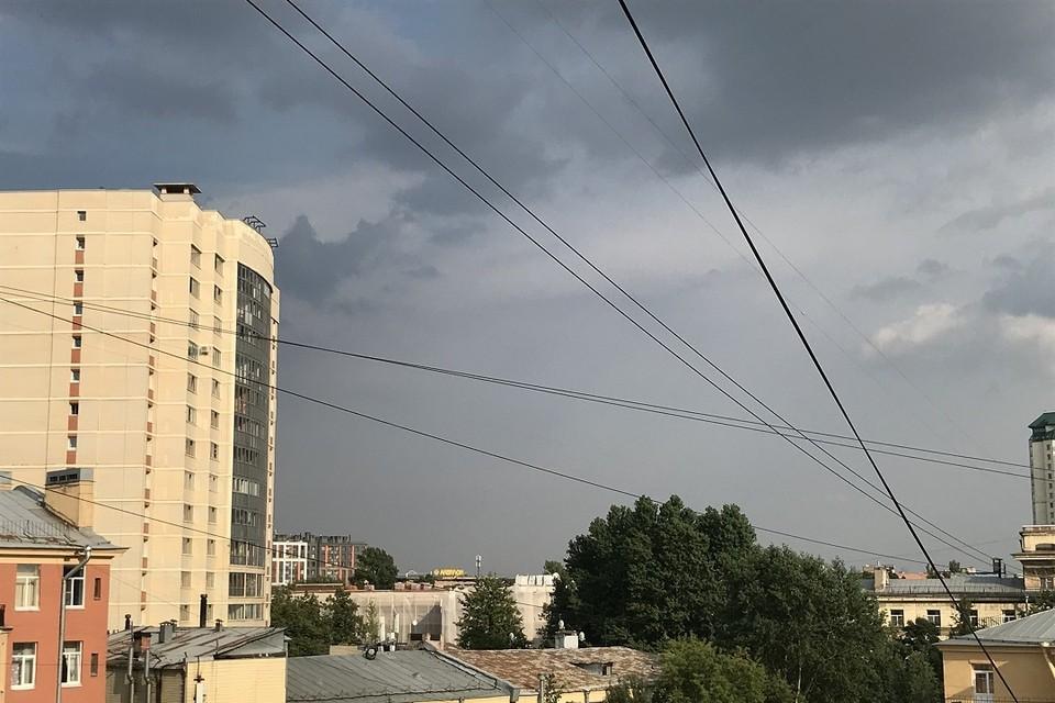 Суровые тучи есть, а дождя нет. Метеорологи говорят, что он просто не долетает до земли.