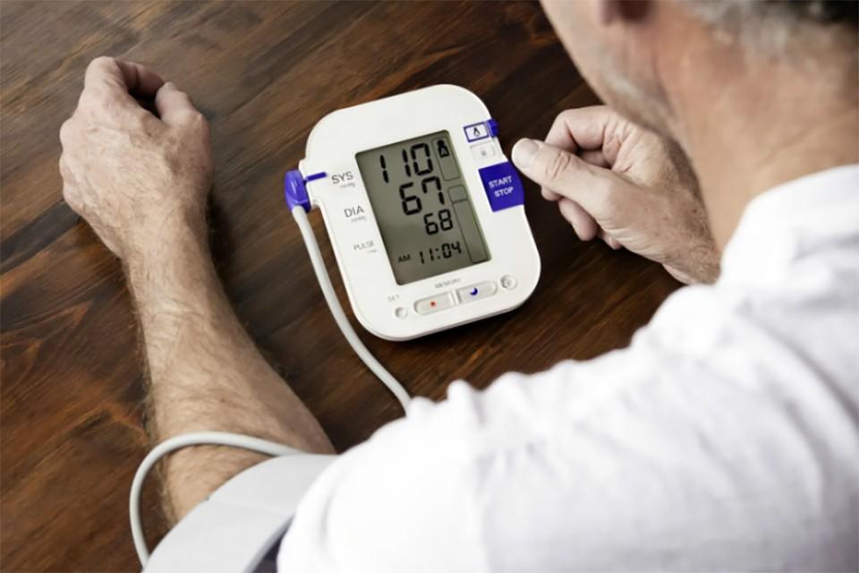 Физические нагрузки в жаркую погоду могут вызвать у пожилых людей гипертонический криз. Фото: Pexels