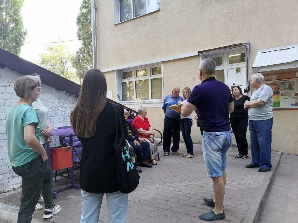 Чтобы разобраться в ситуации, сторонники партии отправились на встречу с жильцами многоэтажки.