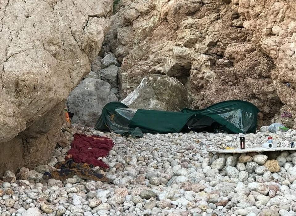 Огромный камень полностью смял палатку отдыхающих. Фото: Инцидент Крым Симферополь Севастополь ДТП / Вконтакте
