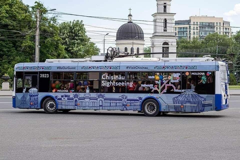"""Примэрия приглашает всех желающих на экскурсию на Туристическом троллейбусе «Кишинёв-585», в рамках фестиваля посвященную """"Te salut Chisinau""""!"""