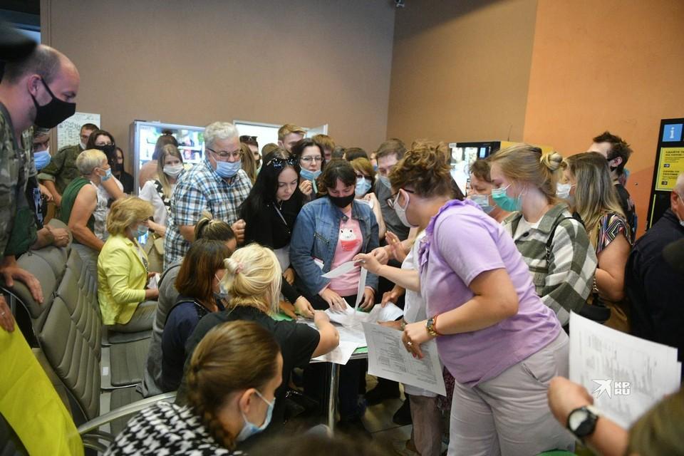 У пункта вакцинации в аэропорту «Кольцово».