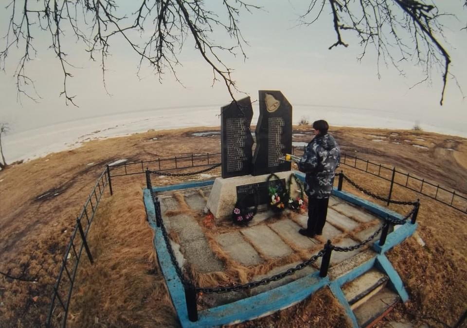 На берегу Куршского залива в поселке Каширское стоит скорбный мемориальный знак. В память о погибших, в назидание живым.