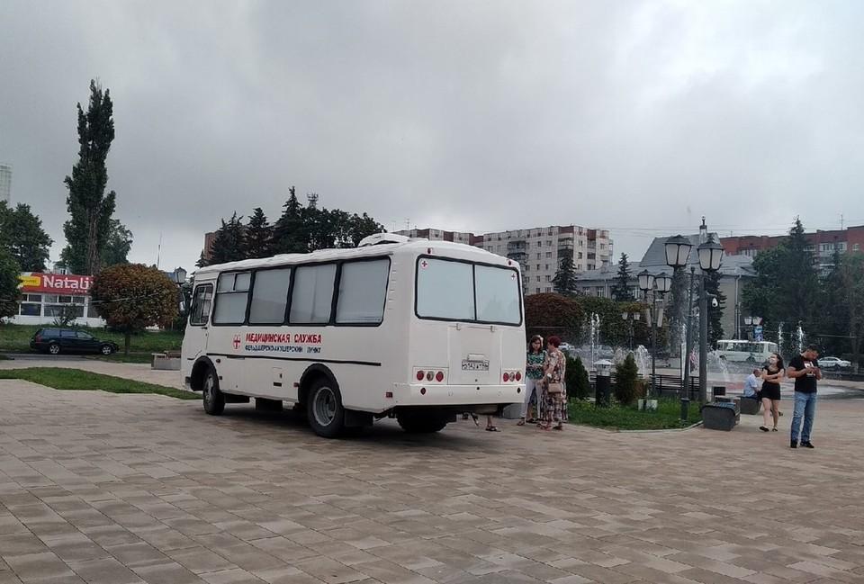 На Театральной площади Курска с девяти утра и до пяти вечера работает мобильный пункт вакцинации