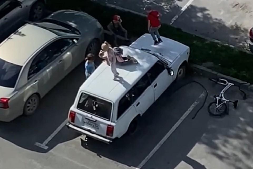 Ребятня устроила на крыше авто бешеные танцы. Фото: стоп-кадр.