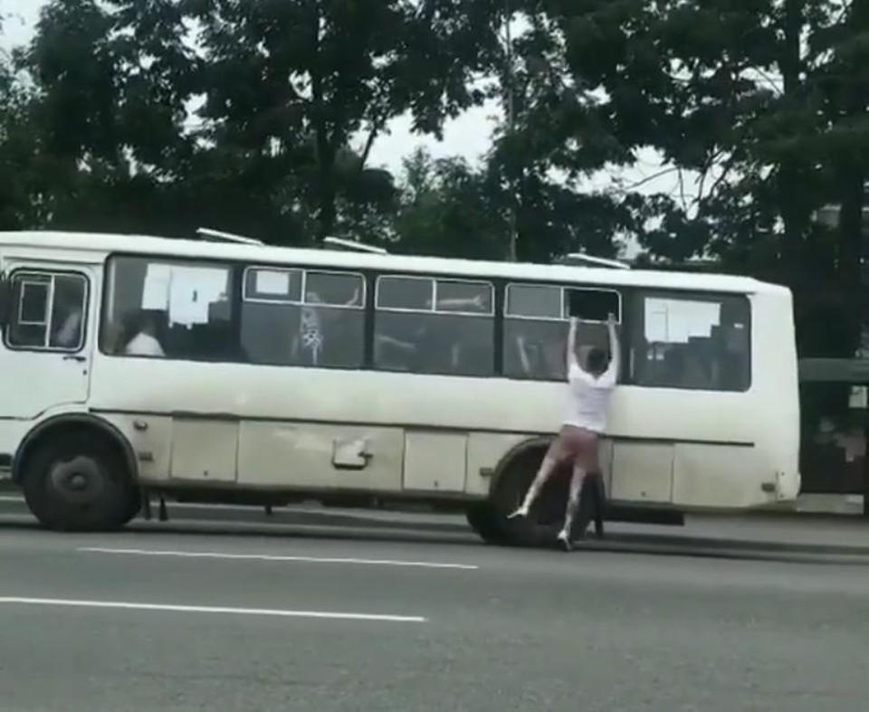 В Приморье парень пытался уехать на автобусе, держась за форточку. Фото: primorye_online