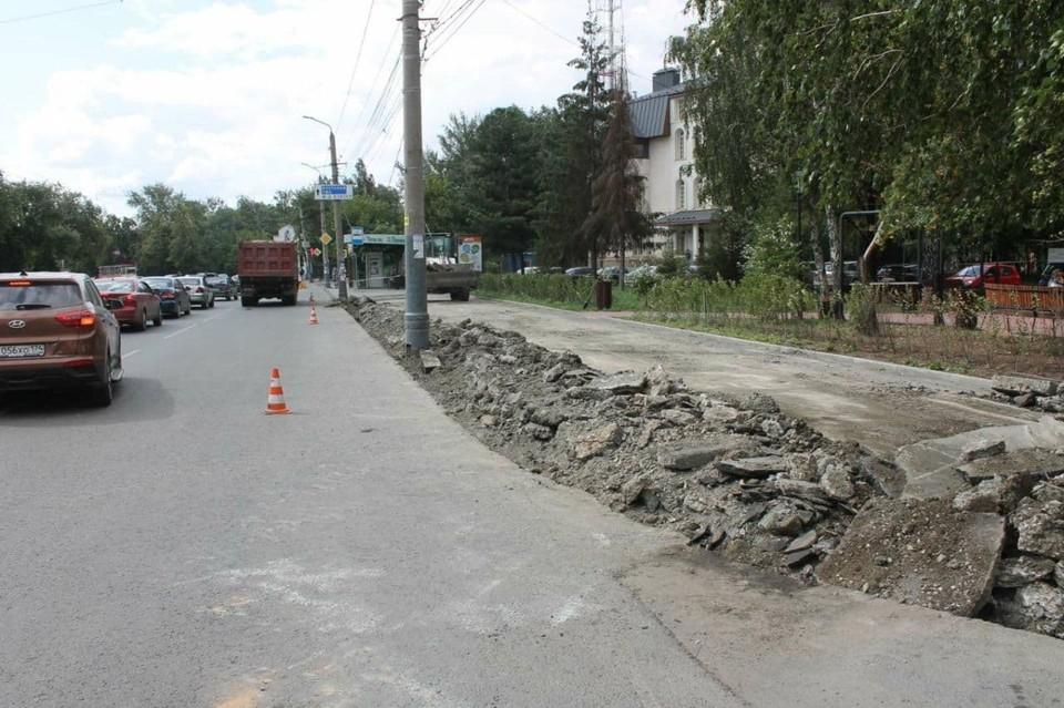 Благоустройство тротуара идет полным ходом. Фото: администрация Советского района