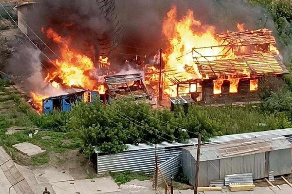 """Видео и фото горящего дома на улице Рябиновой в Новосибирске появились в соцсетях. Фото: """"АСТ-54""""."""