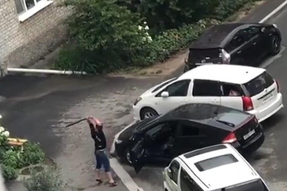 Мужчина выместил злость на авто.
