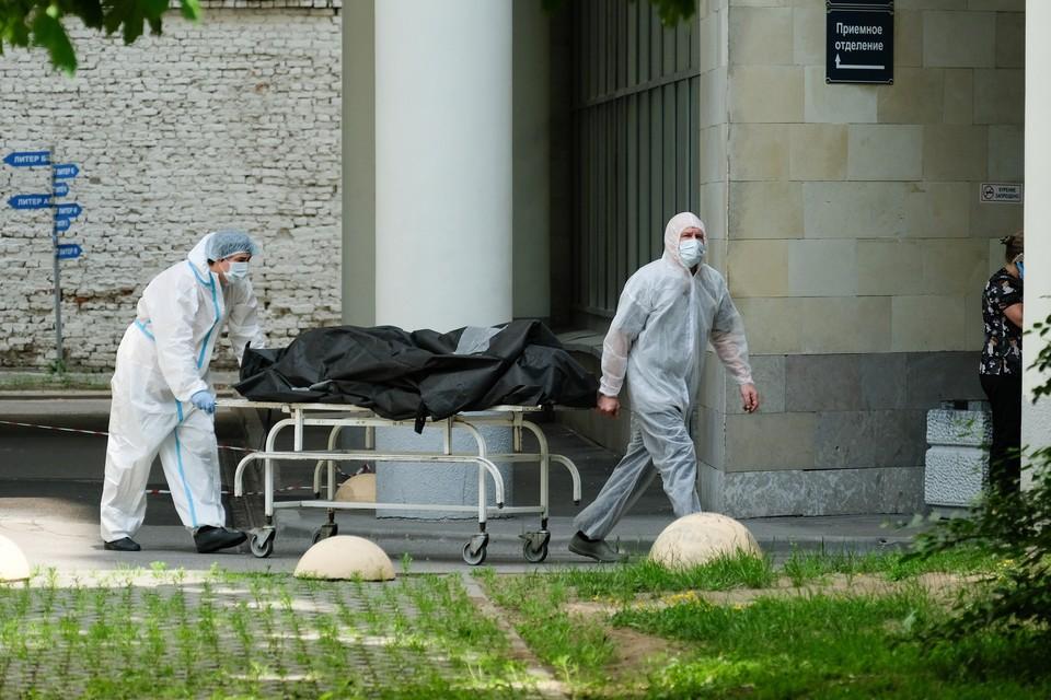 Петербург за последнее время поставил сразу несколько антирекордов по смертности от коронавируса.