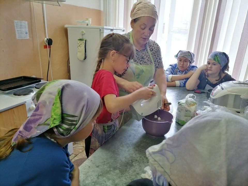 Ребята учатся готовить Фото: Долгомостовская школа им. Александра Помозова
