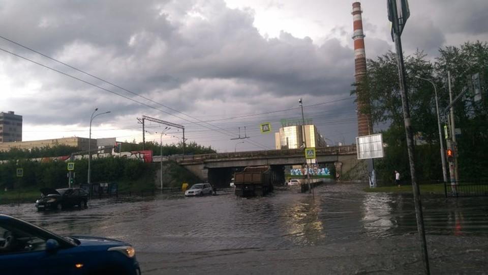 Мост на пересечения Малышева и Восточной залило водой