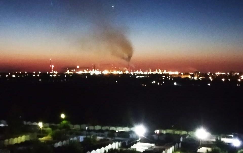 Омичи могут любоваться романтичным закатом на фоне дымящих труб. Фото: vk.com/air_omsk