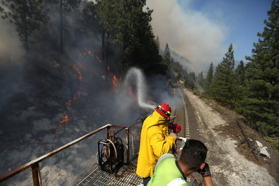 При родные пожары охватили около 500 тысяч гектаров земли на западе США