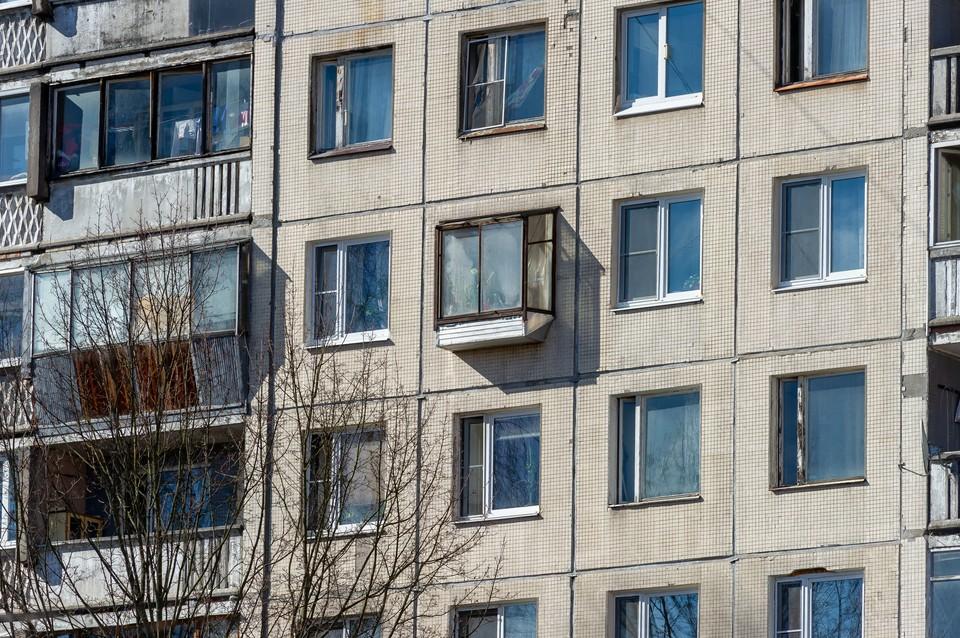 Ребенок выжил после падения из окна 4 этажа в Петербурге