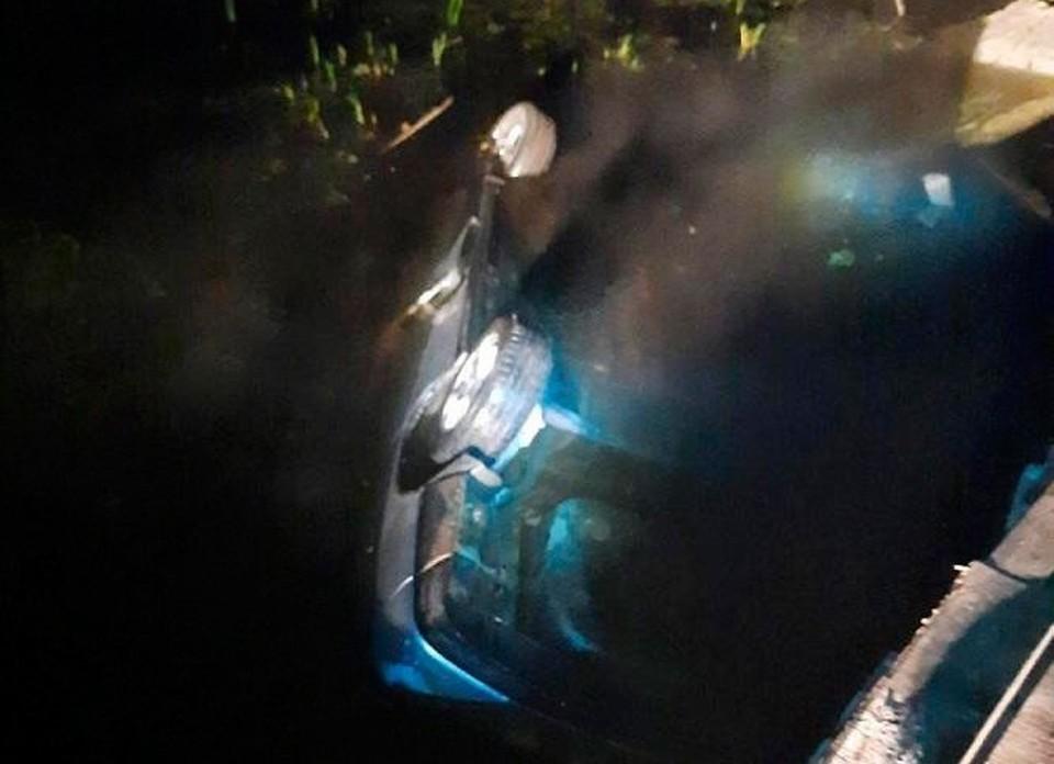 Машина упала с моста и перевернулась. Фото: ГИБДД Курганской области
