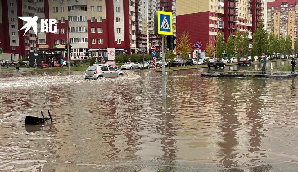 В Тюмени из-за дождя затопило улицу Василия Гольцова.