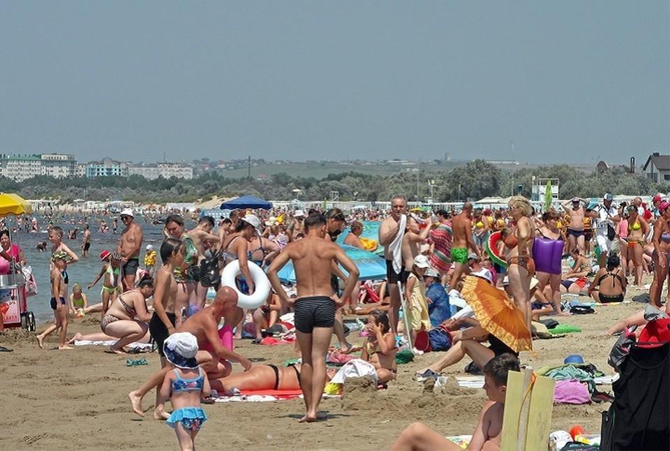 Народу на пляжах, несмотря на прогнозы туроператоров, меньше не становится